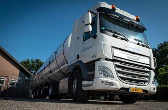Tankwagen Van der Mierden Transport haalt melk op